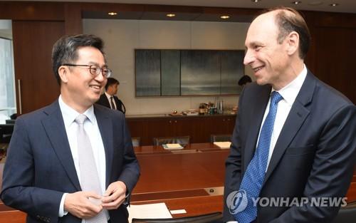 金副首相(左)がムーディーズ本社を訪ねた(企画財政部提供)=(聯合ニュース)