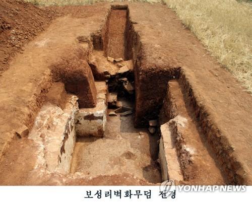 北, 평양 외곽서 고구려 벽화무덤 발굴