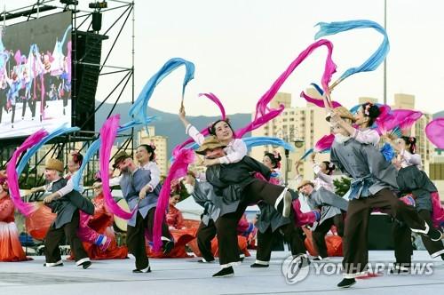 화려한 도심 춤판