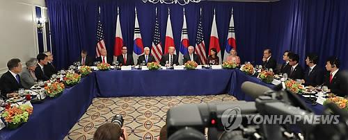 昼食会を兼ねて開かれた韓米日首脳会談の様子=(聯合ニュース)