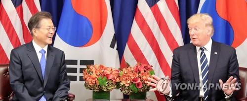 米ニューヨークで今月21日に会談した文在寅(ムン・ジェイン)大統領(左)とトランプ大統領=(聯合ニュース)