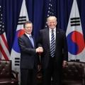 韩美领导人握手合影