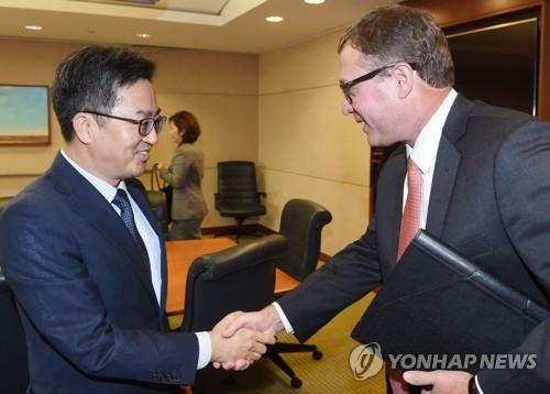 金経済副首相(左)がS&Pを訪ねた(企画財政部提供)=(聯合ニュース)
