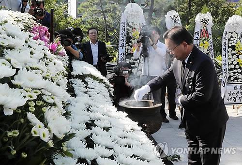 合同慰霊祭で焼香する金富謙長官=22日、釜山(聯合ニュース)
