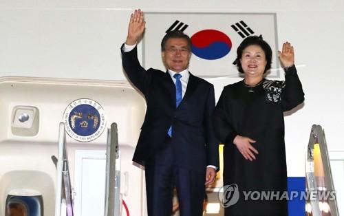 ソウル近郊のソウル空港(京畿道・城南)に到着した文大統領と夫人=22日、城南(聯合ニュース)