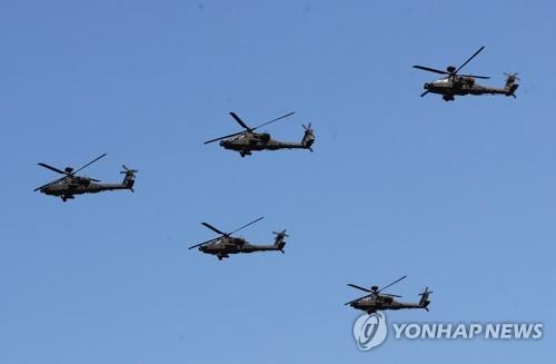 編隊を組んで飛行するアパッチ=28日、平沢(聯合ニュース)