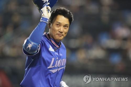 9月30日のLG戦でファンにあいさつする李承ヨプ=(聯合ニュース)
