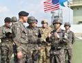 韩联参议长视察前沿部队