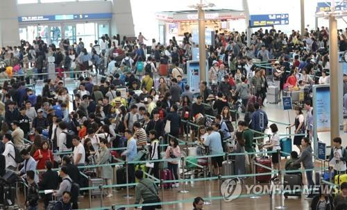 10月の仁川国際空港。海外旅行に出掛ける人たちで混み合った(資料写真)=(聯合ニュース)