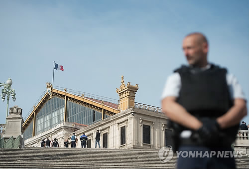 프랑스 마르세유역 경계근무하는 경찰