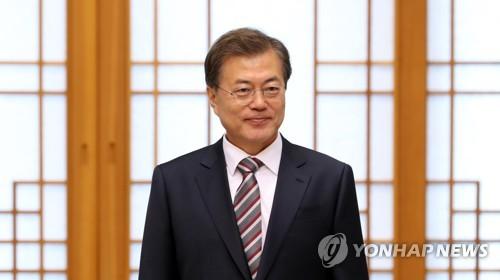 위촉장 수여식 참석한 문재인 대통령