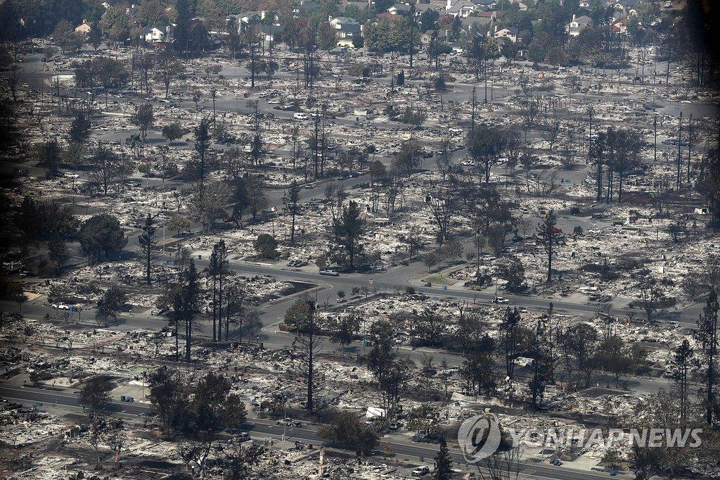 미국 캘리포니아 샌타로자 주택가가 불타 버린 모습[AFP=연합뉴스]