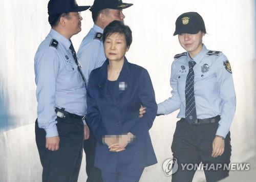 박근혜, 굳은 표정으로 법정행