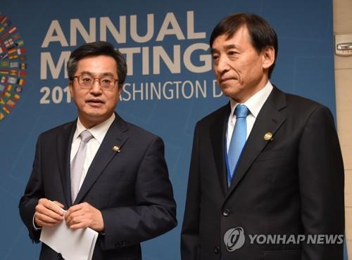 김동연 부총리, 이주열 한은 총재와 브리핑