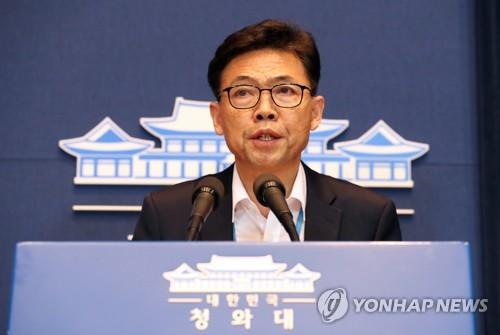 会見する洪長杓・経済首席秘書官=13日、ソウル(聯合ニュース)