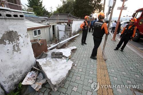 춘천서 승용차 주택 돌진…무너진 담벼락