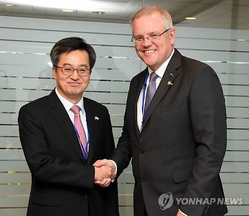 호주 재무장관과 악수하는 김동연 부총리