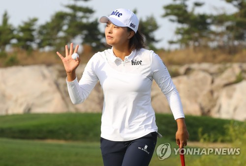 LPGA투어 공식 데뷔전에서 선두에 나서 고진영.(연합뉴스 자료 사진)