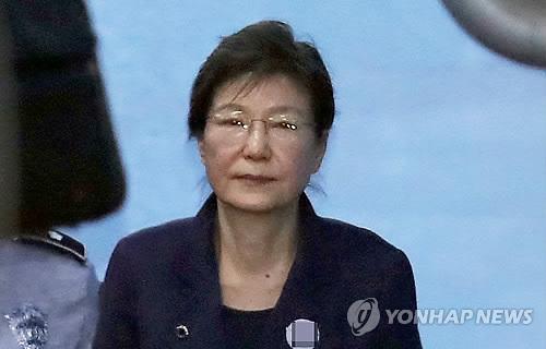 심경 밝히고 법원 나서는 박근혜, 담담한 표정