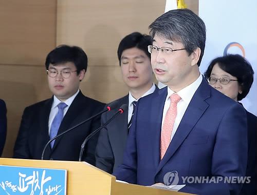 Le président de la commission d'Etat sur les réacteurs Shin Kori, Kim Ji-hyung, annonce la recommandation de reprendre les travaux de construction de deux réacteurs, le vendredi 20 octobre 2017, au complexe gouvernemental à Séoul.