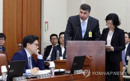 카허 카젬 한국지엠 사장에게 질의하는 지상욱
