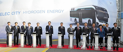 Hyundai Motor Co., South Korea's largest automaker, holds a ceremony on a test program for hydrogen fuel cell buses at a charging station in Ulsan, 414 kilometers southeast of Seoul, on Oct. 26, 2017, in this photo provided by the company. (Yonhap)