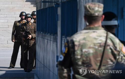 Les soldats nord-coréens regardent du côté de la Corée du Sud le vendredi 27 octobre 2017, après le message prononcé par les ministres de la Défense de la Corée du Sud et des Etats-Unis.