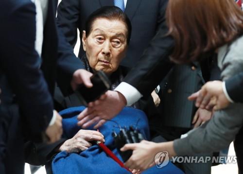 論告求刑公判のため地裁を訪れた辛格浩氏=1日、ソウル(聯合ニュース)