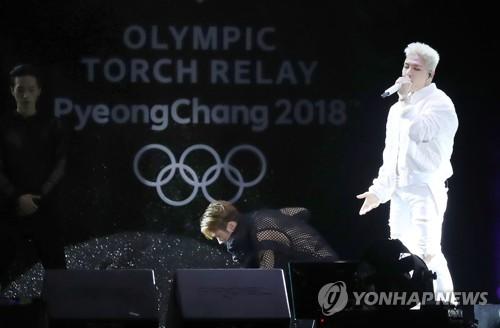 Le chanteur Taeyang, membre du boys band BIGBANG et ambassadeur de bonne volonté des Jeux olympiques d'hiver de PyeongChang 2018, se produit le mercredi 1er novembre 2017 à Songdo, à Incheon, lors d'un festival marquant le début du relais de la flamme olympique.