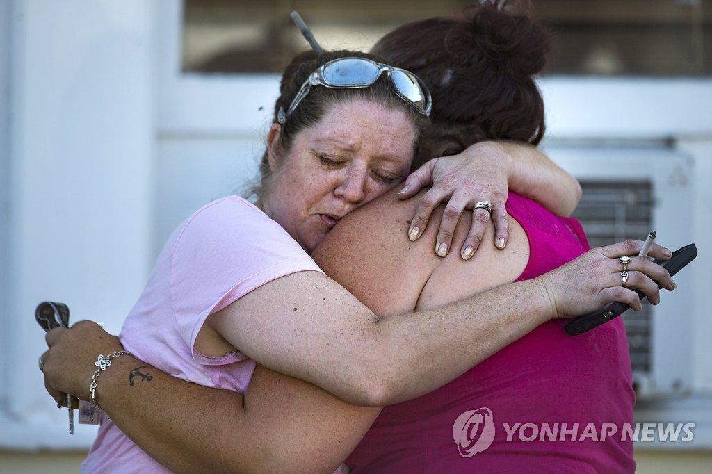 교회 총기난사에 비통해하는 미국 텍사스 주민들[AP=연합뉴스]