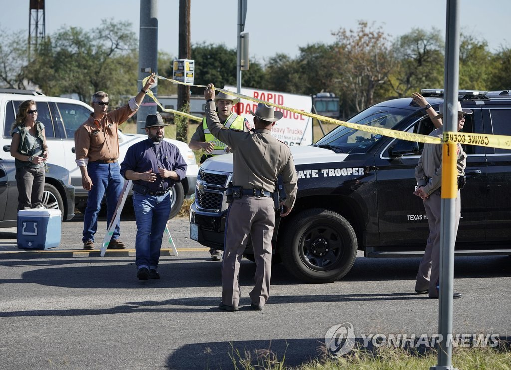 미국 텍사스 교회 총기난사 현장을 통제하는 경찰[AP=연합뉴스]