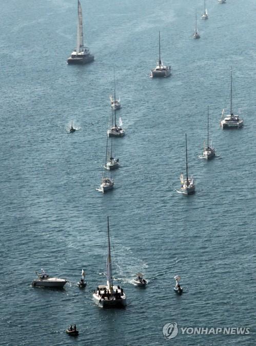 ヨットで聖火リレー