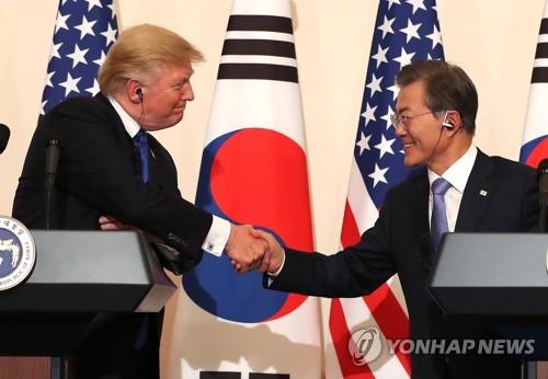 トランプ大統領(左)は11月に来韓し、文在寅(ムン・ジェイン)大統領と首脳会談した。共同記者会見で握手する両首脳=(聯合ニュース)