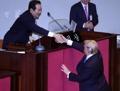 特朗普同韩国会议长握手