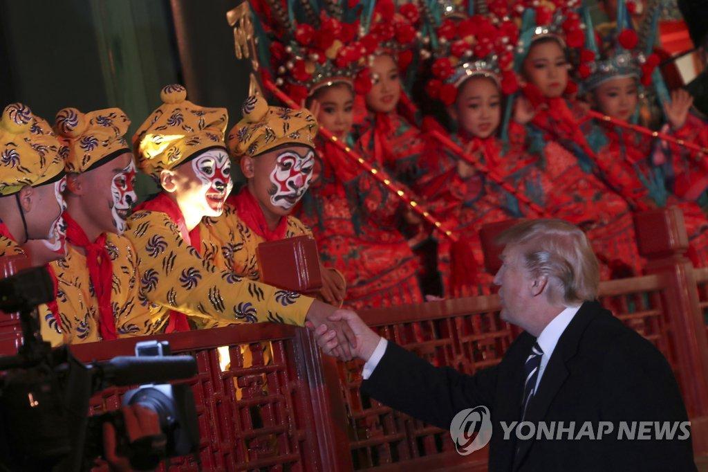 자금성에서 경극 배우들 만난 트럼프