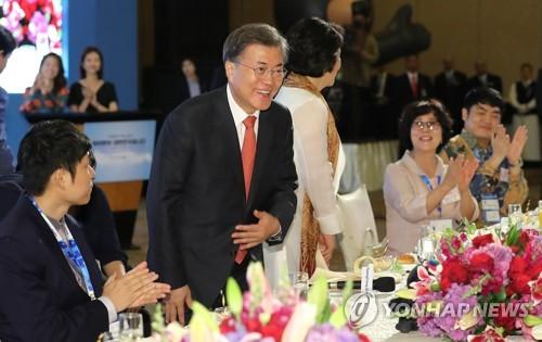 現地に暮らす韓国系住民との懇談会であいさつする文大統領夫妻=8日、ジャカルタ(聯合ニュース)