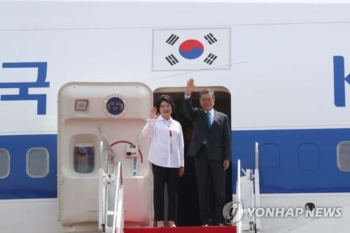 ベトナムへ向かう専用機に乗り込み手を振る文大統領夫妻=10日、ジャカルタ(聯合ニュース)