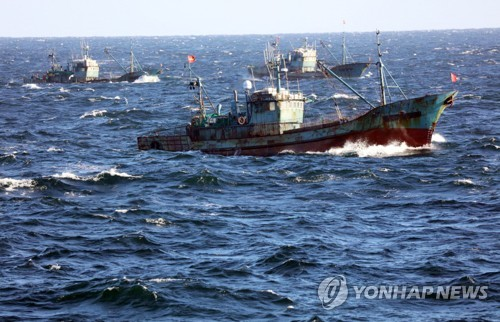 Chinese fishing boats illegally operating in South Korean waters near the southwestern port city of Gunsan are shown in this photo provided by the Coast Guard on Nov. 10, 2017. (Yonhap)