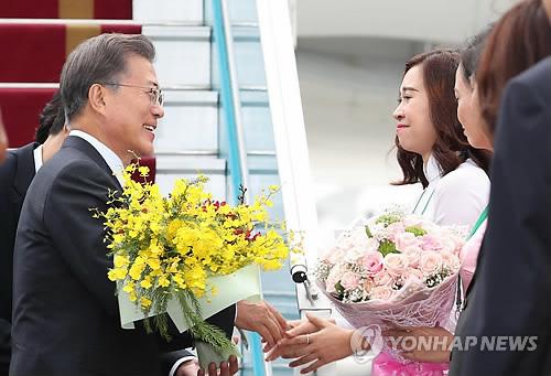 花束を受け取る文大統領=10日、ダナン(聯合ニュース)
