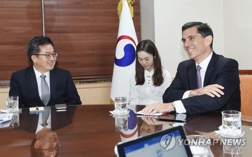 면담하는 김동연 부총리와 오글루 IMF 한국 미션단장