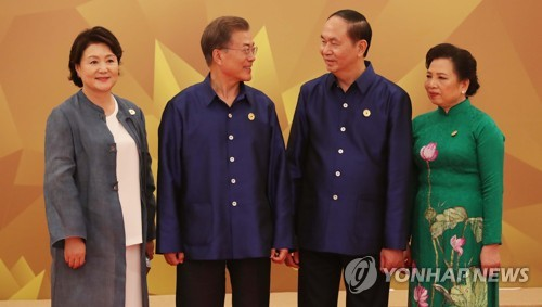 Moon attends APEC summit in Danang