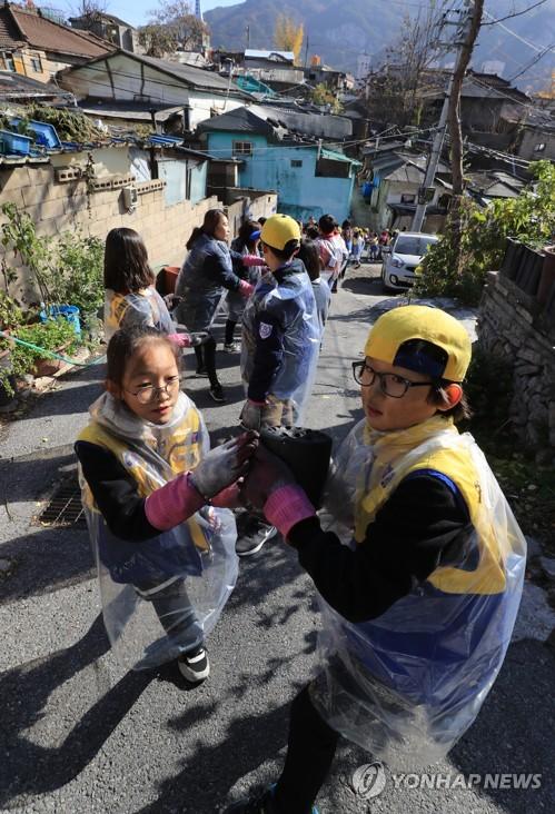 Children volunteer for needy
