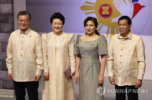 マニラでASEAN50周年の記念式典に出席した文大統領(左端)夫妻。フィリピンのドゥテルテ大統領夫妻との記念撮影=12日、マニラ(聯合ニュース)