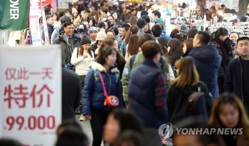外国人客らでごった返すソウルの繁華街・明洞=(聯合ニュース)