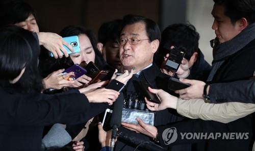 13日、取り調べを受けるため検察に出頭した李丙ギ氏=(聯合ニュース)