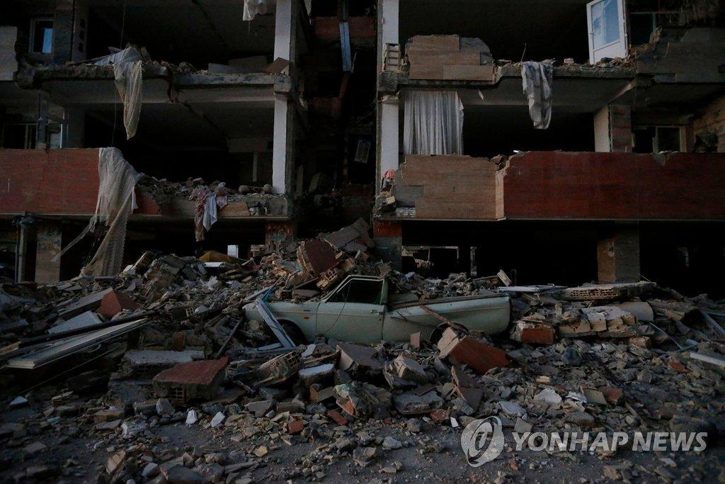 이란 규모 7.3 강진으로 부서진 건물