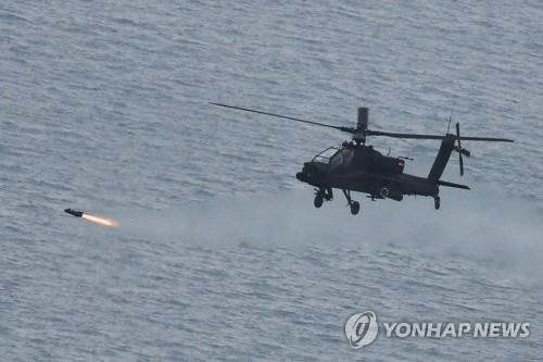'헬파이어' 발사하는 아파치헬기
