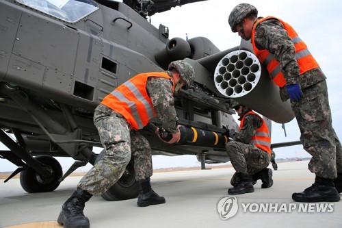 '헬파이어' 장착하는 아파치헬기