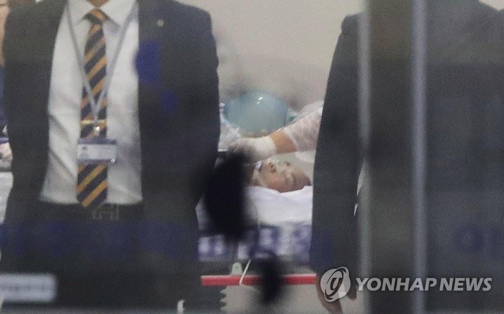 수술실로 옮겨지는 총상입은 귀순 북한병사