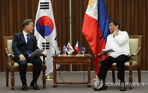 Le président Moon Jae-in et son homologue philippin, Rodrigo Duterte, tiennent un sommet bilatéral le lundi 13 novembre 2017 au Philippine International Convention Center (PICC) à Manille.